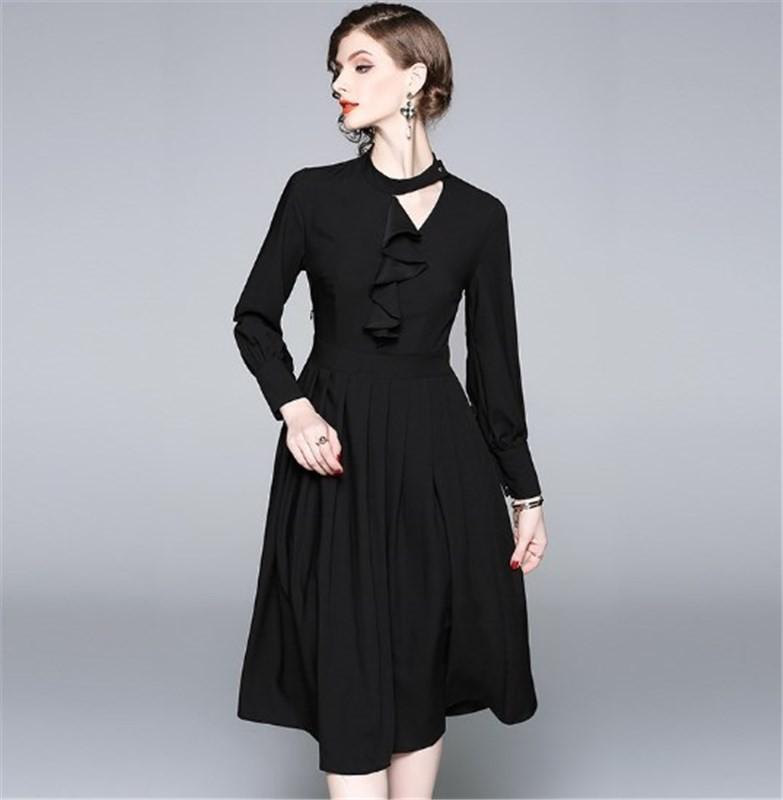 ストレッチ素材のデザインのブラックドレス