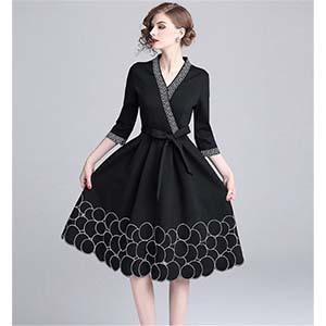 グレーが映えるブラックドレス
