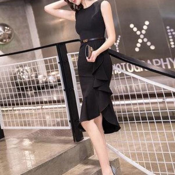 黒 シンプル ベルト付きのブラックドレス