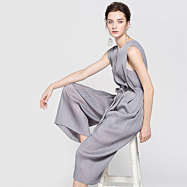 スタイリッシュなパンツドレス